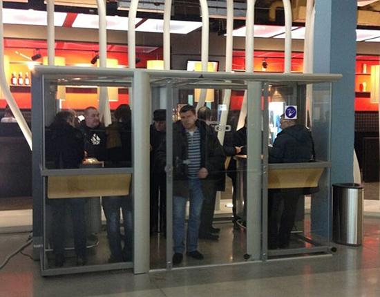 Курение Айкоса в аэропорту Пулково